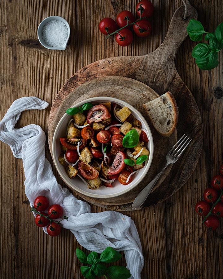 Italienischer Brotsalat aus altem Brot und Tomaten serviert in einer Schüssel