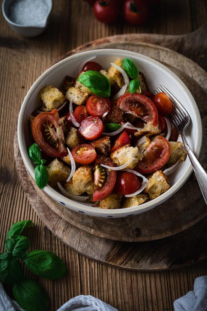 Eine Schale mit Panzanella-Salat. Fertig zum Verzehr.