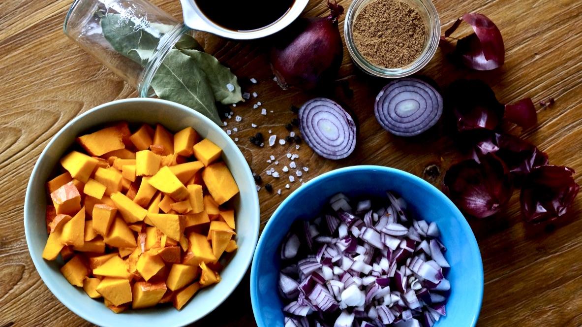 Zutaten für das Kürbis-Zwiebel-Chutney