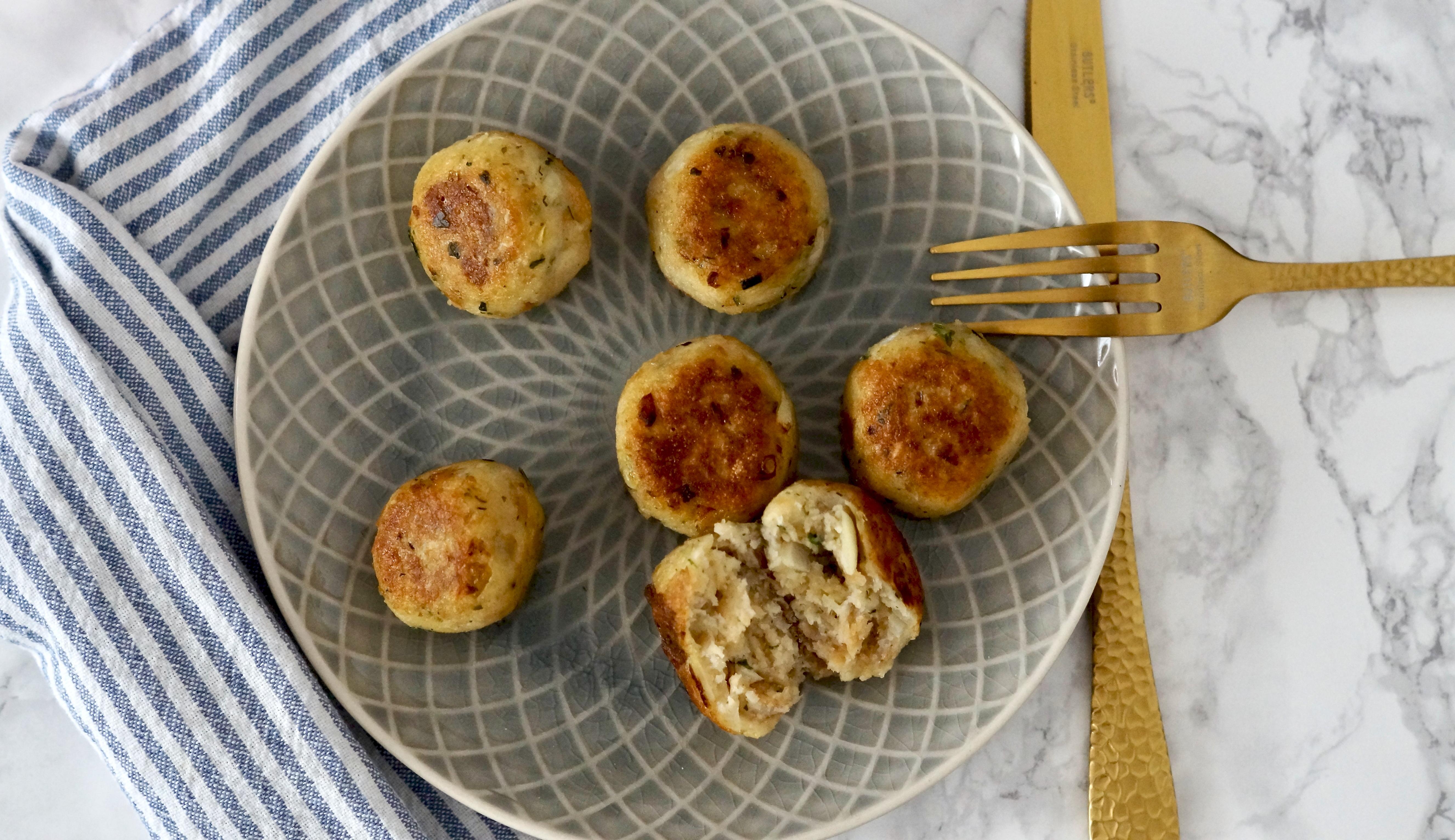 ein Teller voller köstlicher Brotfrikadellen