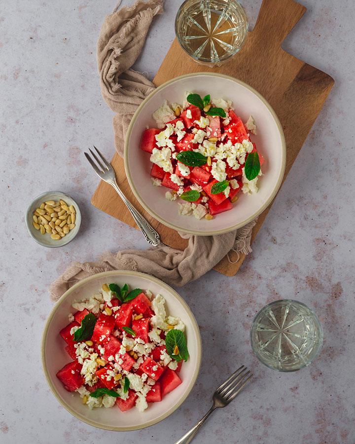 Zwei Teller mit Wassermelonen Salat