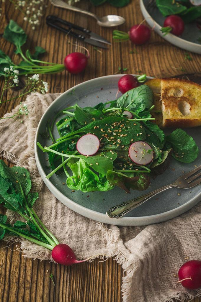 Ein Teller mit Radieschensalat