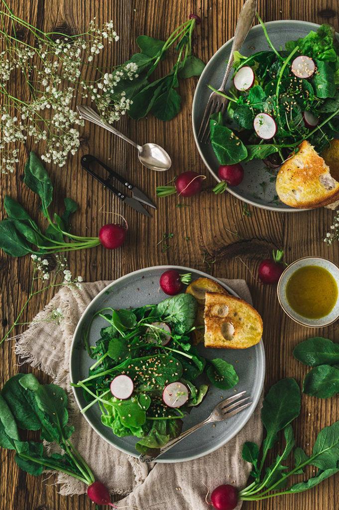 Zwei Teller mit Radieschensalat stehen auf einem Tisch