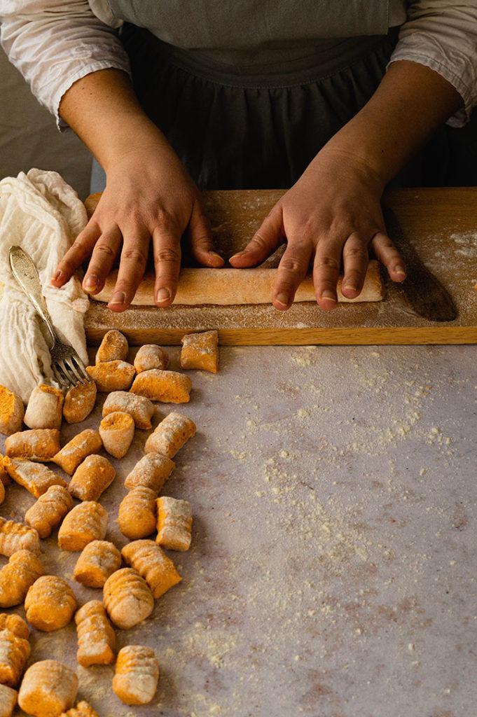 Das Formen der Süßkartoffel Gnocchi mit Ricotta