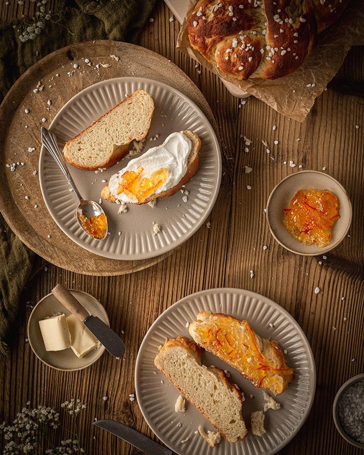 Hefezopf mit Quark und Marmelade