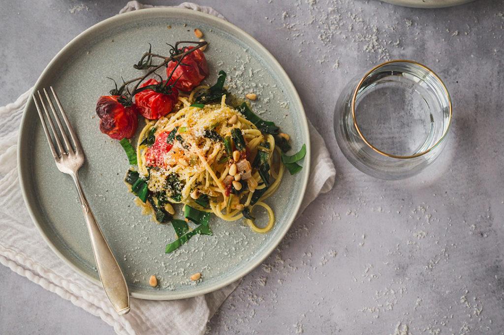 Ein Teller mit Pasta und Tomaten