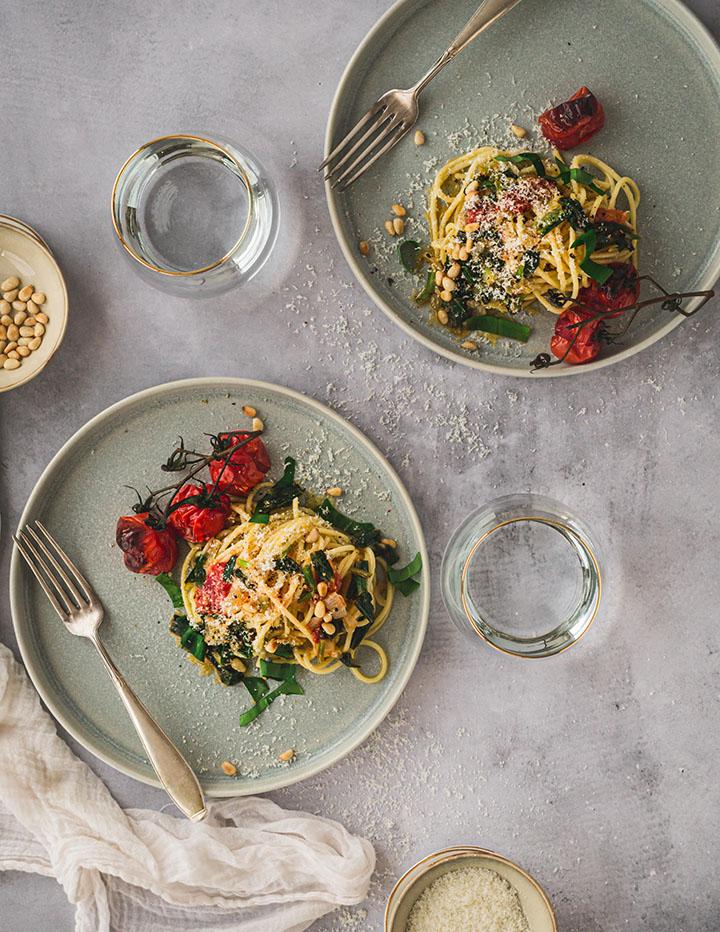 Gedeckter Tisch mit zwei Portionen Pasta