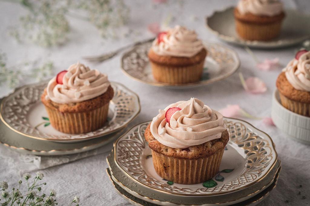 Muffins mit Buttercreme auf Tellern