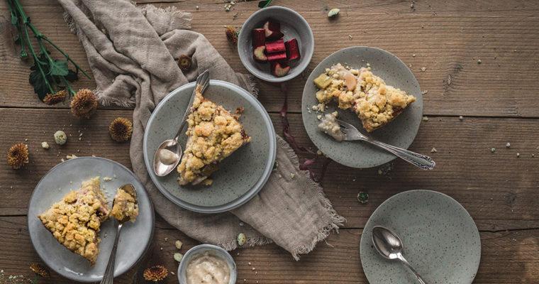 Rhabarberkuchen mit Streuseln und Pudding