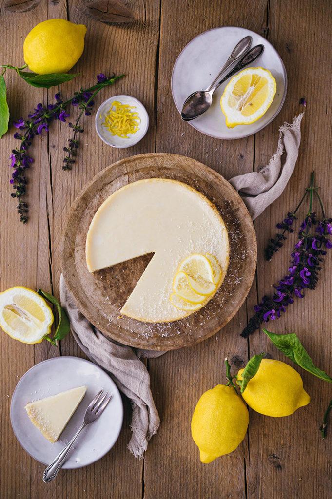 Amerikanischer Zitronenkuchen angeschnitten