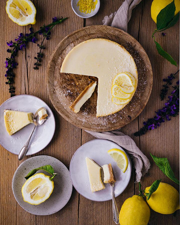 Cremiger Zitronenkuchen serviert auf Tellern