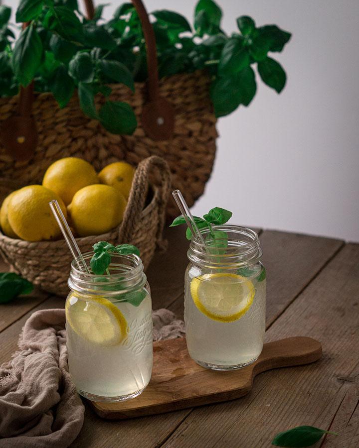 Zwei Gläser mit Basilikum Limonade auf einem Tisch