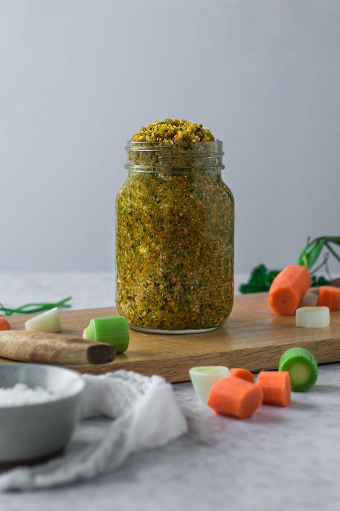 Gemüsebrühe in einem Glas auf einem Tisch