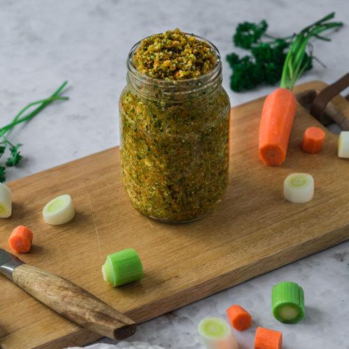 Selbstgemachte Gemüsebrühe in einem Weckglas