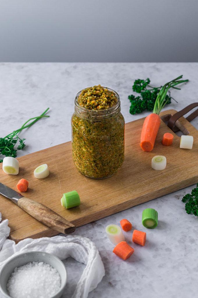 Selbstgemachte Gemüsebrühe in einem Glas