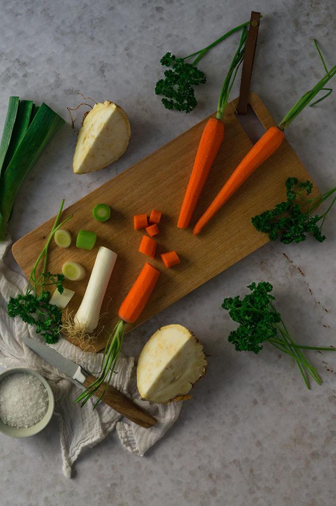 Die Zutaten für die selbst gemachte Gemüsebrühe