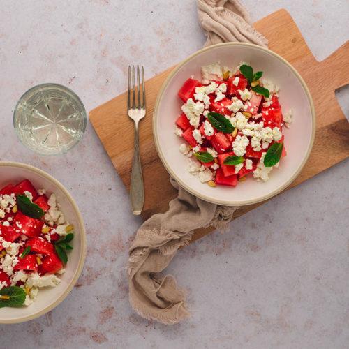 Zwei Teller mit Melonen-Feta-Salat