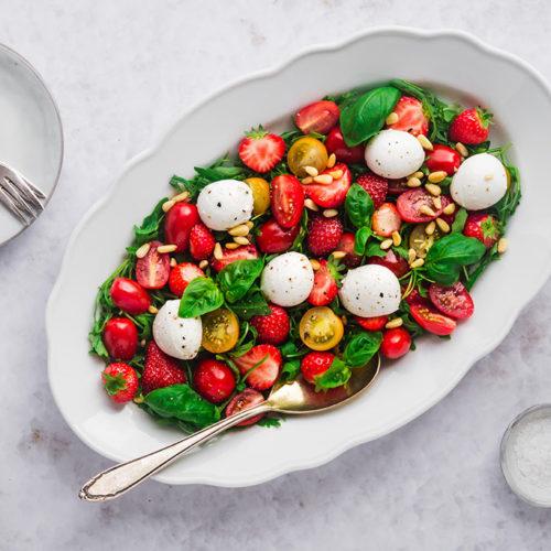 Eine Servierplatte mit Erdbeer-Tomaten-Salat