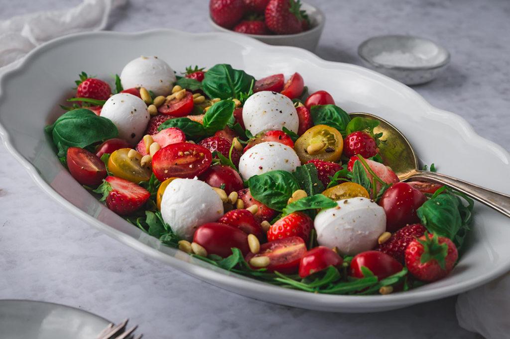 Erdbeeren-Tomaten-Salat mit Büffelmozzarella auf einem Teller