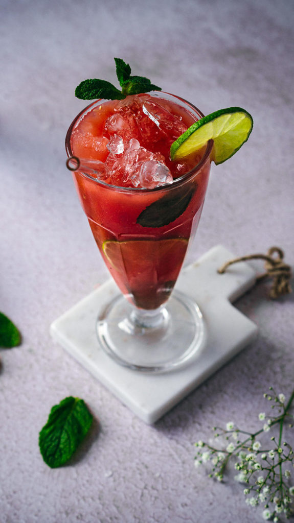 Wassermelonensaft mit Minze und Limette dekoriert in einem Glas