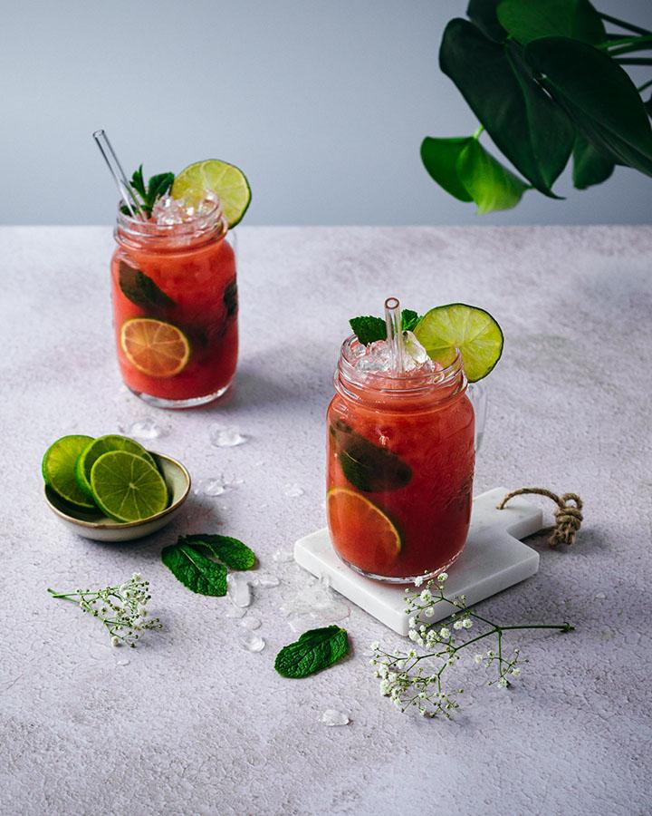 Zwei Gläser mit Eiswürfeln und Wassermelonensaft