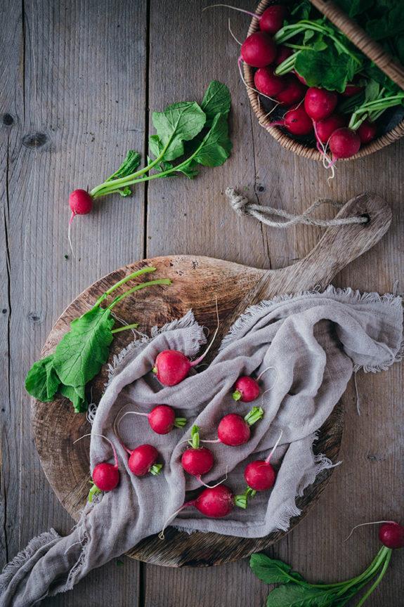 Radieschen ohne Grün liegen auf einem nassen Küchentuch