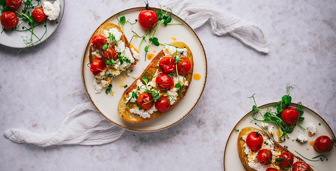 Ricotta Toast mit karamellisierten Tomaten