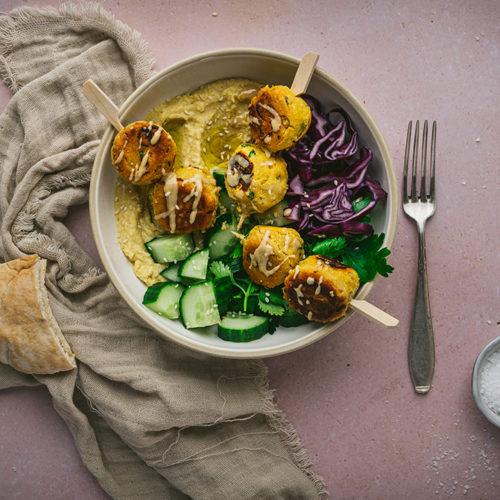 Eine Schale mit selbstgemachte Falafel aus Kichererbsenmehl steht auf einem Tisch